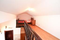 Спальня. Черногория, Муо : Апартамент для 3-4 человек, с 2-мя отдельными спальнями, с 2-мя балконами с шикарным видом на море, 10 метров до пляжа