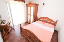 Спальня 2. Черногория, Муо : Апартамент для 3-4 человек, с 2-мя отдельными спальнями, с 2-мя балконами с шикарным видом на море, 10 метров до пляжа