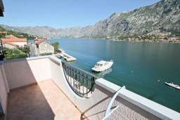Балкон. Черногория, Муо : Апартамент для 3-4 человек, с 2-мя отдельными спальнями, с 2-мя балконами с шикарным видом на море, 10 метров до пляжа