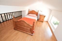Спальня. Черногория, Муо : Апартамент для 4-5 человек, с 2-мя отдельными спальнями, с балконам с шикарным видом на море, 10 метров до пляжа