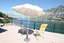 Терраса. Черногория, Муо : Апартамент с отдельной спальней, с 2-мя ванными комнатами, с большой террасой с шикарным видом на море, 10 метров до пляжа