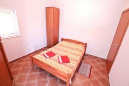 Спальня. Черногория, Муо : Апартамент с отдельной спальней, с 2-мя ванными комнатами, с большой террасой с шикарным видом на море, 10 метров до пляжа