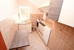 Кухня. Черногория, Муо : Апартамент с отдельной спальней, с 2-мя ванными комнатами, с большой террасой с шикарным видом на море, 10 метров до пляжа
