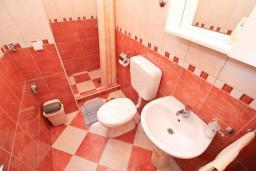 Коридор. Черногория, Муо : Апартамент с отдельной спальней, с 2-мя ванными комнатами, с большой террасой с шикарным видом на море, 10 метров до пляжа