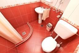 Ванная комната. Черногория, Муо : Апартамент с отдельной спальней, с 2-мя ванными комнатами, с большой террасой с шикарным видом на море, 10 метров до пляжа