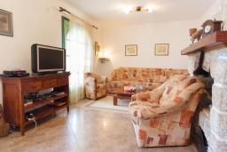 Гостиная. Черногория, Костаньица : Современный апартамент для 4-6 человек, с 2-мя отдельными спальнями, с большой гостиной, с 2-мя ванными комнатами, с большой террасой с шикарным видом на море, 10 метров до пляжа