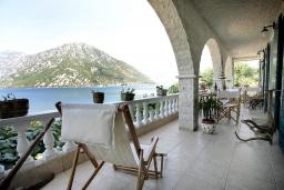 Терраса. Черногория, Костаньица : Современный апартамент для 4-6 человек, с 2-мя отдельными спальнями, с большой гостиной, с 2-мя ванными комнатами, с большой террасой с шикарным видом на море, 10 метров до пляжа