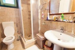 Ванная комната. Черногория, Костаньица : Современный апартамент для 4-6 человек, с 2-мя отдельными спальнями, с большой гостиной, с 2-мя ванными комнатами, с большой террасой с шикарным видом на море, 10 метров до пляжа