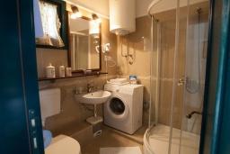 Ванная комната 2. Черногория, Костаньица : Современный апартамент для 4-6 человек, с 2-мя отдельными спальнями, с большой гостиной, с 2-мя ванными комнатами, с большой террасой с шикарным видом на море, 10 метров до пляжа