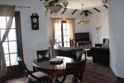 Гостиная. Черногория, Костаньица : Апартамент для 6 человек с тремя спальнями и балконом с шикарным видом на море, 10 метров до пляжа
