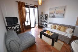 Гостиная. Черногория, Костаньица : Современный апартамент с двумя отдельными спальнями, с балконом с шикарным видом на море, 10 метров до пляжа