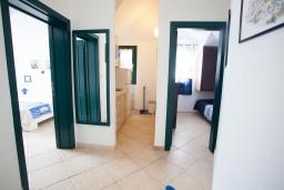 Кухня. Черногория, Костаньица : Современный апартамент для 3 человек, с 2-мя отдельными спальнями, с балконом с шикарным видом на море, 10 метров до пляжа