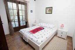 Спальня. Черногория, Костаньица : Современный апартамент с отдельной спальней, с балконом с шикарным видом на море, 10 метров до пляжа