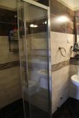 Ванная комната. Черногория, Костаньица : Современный апартамент с отдельной спальней, с балконом с шикарным видом на море, 10 метров до пляжа