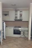 Кухня. Черногория, Костаньица : Современный апартамент с отдельной спальней, с балконом с шикарным видом на море, 10 метров до пляжа