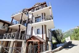 Фасад дома. Черногория, Бечичи : Большой 4-х этажный дом в Бечичи (Борети), площадью 450м2 с 5-ю отдельными спальнями, с большой гостиной-столовой, с 2-мя ванными комнатами, с 5-ю балконами с видом на море