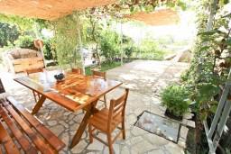 Терраса. Черногория, Добра Вода : Дом в Добра Вода с 2-мя отдельными спальнями, с террасой, с большим зеленым двором, с местом для барбекю, парковка для 3-х машин, Wi-Fi