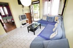 Гостиная. Черногория, Добра Вода : Дом в Добра Вода с 2-мя отдельными спальнями, с террасой, с большим зеленым двором, с местом для барбекю, парковка для 3-х машин, Wi-Fi