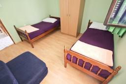 Спальня. Черногория, Добра Вода : Дом в Добра Вода с 2-мя отдельными спальнями, с террасой, с большим зеленым двором, с местом для барбекю, парковка для 3-х машин, Wi-Fi