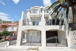 Фасад дома. Черногория, Ораховац : Большой дом в Ораховац, площадью 245м2 с большой гостиной, с 4-мя отдельными спальнями, с 4-мя ванными комнатами, с террасой и 2-мя балконами с видом на море, с местом для барбекю, Wi-Fi, 10 метров до пляжа