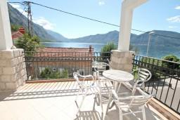 Вид на море. Черногория, Ораховац : Большой дом в Ораховац, площадью 245м2 с большой гостиной, с 4-мя отдельными спальнями, с 4-мя ванными комнатами, с террасой и 2-мя балконами с видом на море, с местом для барбекю, Wi-Fi, 10 метров до пляжа