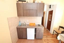 Кухня. Черногория, Кумбор : Апартамент с отдельной спальней, с балконом с видом на море, 10 метров до пляжа