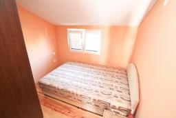 Спальня. Черногория, Кумбор : Апартамент с отдельной спальней, с балконом с видом на море, 10 метров до пляжа