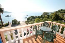 Вид на море. Черногория, Кумбор : Апартамент с отдельной спальней, с балконом с видом на море, 10 метров до пляжа
