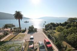 Вид. Черногория, Кумбор : Апартамент с отдельной спальней, с балконом с видом на море, 10 метров до пляжа
