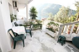 Терраса. Черногория, Лепетане : Апартамент с отдельной спальней, с террасой с видом на море, 40 метров до пляжа