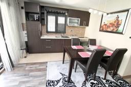 Гостиная. Черногория, Муо : Современный апартамент для 4-6 человек, с 2-мя отдельными спальнями, с балконом с видом на море, 20 метров до пляжа