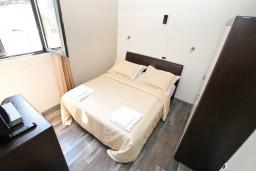 Спальня 2. Черногория, Муо : Современный апартамент для 4-6 человек, с 2-мя отдельными спальнями, с балконом с видом на море, 20 метров до пляжа