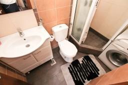 Ванная комната. Черногория, Муо : Современная студия для 2-3 человек, 20 метров до пляжа