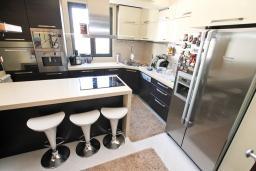 Кухня. Черногория, Муо : Большой, современный апартамент для 8-10 человек, с 4-мя отдельными спальнями, с огромной гостиной, с 2-мя ванными комнатами (джакузи и душевая кабинка), с балконом и террасой с шикарным видом на море, 20 метров до пляжа