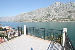 Терраса. Черногория, Муо : Большой, современный апартамент для 8-10 человек, с 4-мя отдельными спальнями, с огромной гостиной, с 2-мя ванными комнатами (джакузи и душевая кабинка), с балконом и террасой с шикарным видом на море, 20 метров до пляжа