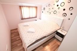 Спальня. Черногория, Кумбор : Современный апартамент на берегу моря с уютным балконом и шикарным видом на море