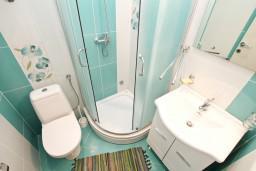 Ванная комната. Черногория, Кумбор : Современный апартамент на берегу моря с уютным балконом и шикарным видом на море