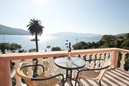 Вид на море. Черногория, Кумбор : Современный апартамент на берегу моря с уютным балконом и шикарным видом на море