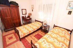 Спальня 2. Черногория, Кумбор : Апартамент для 5-7 человек, с 2-мя отдельными спальнями, с просторной гостиной, с большой кухней, с террасой