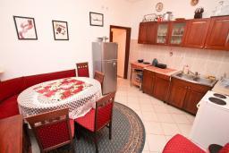 Кухня. Черногория, Кумбор : Апартамент для 5-7 человек, с 2-мя отдельными спальнями, с просторной гостиной, с большой кухней, с террасой