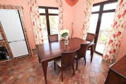 Кухня. Черногория, Бечичи : Большой 3-х этажный дом в Бечичи (Борети), площадью 350м2 с 4-мя отдельными спальнями, с большой гостиной-столовой, с 2-мя ванными комнатами, с 4-мя балконами с видом на море, с бассейном, с сауной, с местом для барбекю, с гаражом