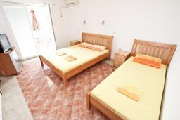 Черногория, Чань : Студия для 3 человек, с балконом с видом на море