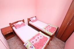 Спальня. Черногория, Жанице / Мириште : Апартамент с отдельной спальней, 50 метров до пляжа