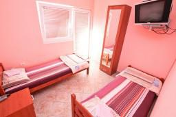 Спальня. Черногория, Жанице / Мириште : Апартамент для 4 человек, с 2-мя отдельными спальнями, с террасой, 50 метров до пляжа