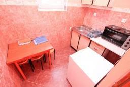 Кухня. Черногория, Жанице / Мириште : Апартамент для 4 человек, с 2-мя отдельными спальнями, с террасой, 50 метров до пляжа