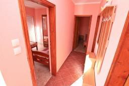 Коридор. Черногория, Жанице / Мириште : Апартамент для 4 человек, с 2-мя отдельными спальнями, с террасой, 50 метров до пляжа