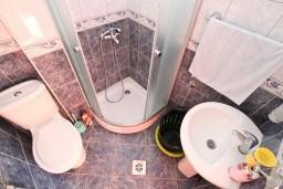 Ванная комната. Черногория, Жанице / Мириште : Апартамент для 4 человек, с 2-мя отдельными спальнями, с террасой, 50 метров до пляжа