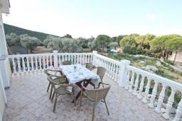 Терраса. Черногория, Жанице / Мириште : Апартамент для 4-5 человек, с 2-мя отдельными спальнями, с большой террасой с видом на море, 50 метров до пляжа