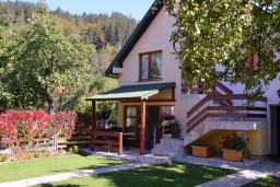 Фасад дома. Черногория, Колашин : 3-х этажный дом в Колашине с 4-мя отдельными спальнями, с большой гостиной, с 2-мя ванными комнатами, с зеленым двориком и местом для барбекю.