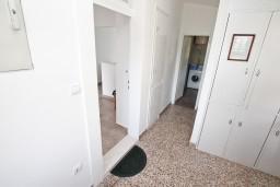 Коридор. Черногория, Дженовичи : Апартамент для 4-6 человек, с 2-мя отдельными спальнями, с балконом с видом на море, возле пляжа